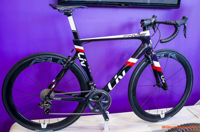 Nők számára is készítenek speciális aerodinamikus versenykerékpárt integrált fékekkel, ilyen a Giant Liv Envie