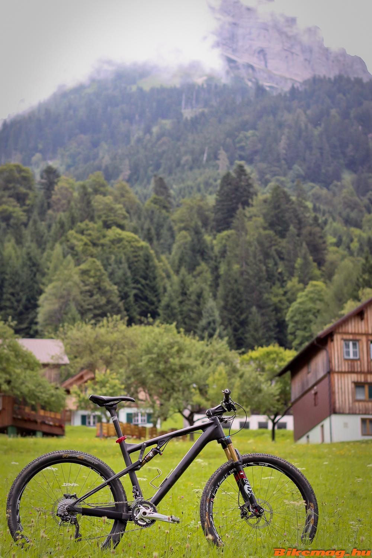 Vasárnap a háttérben levő hegy megmászása volt a program. Lefelé igen élvezetes ösvényt találtunk