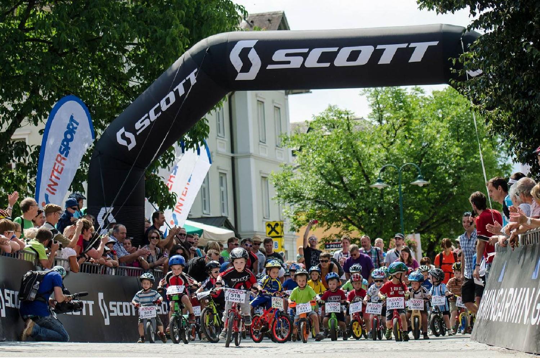 A jövő kerékpárosaira is gondoltak. Itt éppen a legfiatalabbak (U5 kategória) rajtol ugyanott, ahol előző nap még a szüleik versengtek.