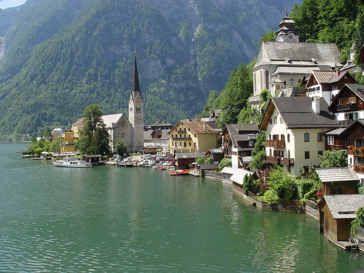Ha Salzkammergut, akkor kihagyhatatlan látnivaló Halstatt tóparti sziklafalra épült városkája. A város felett találjuk a világ első sóbányáját, mely ma már múzeumként működik (Salzwelt) és kisvasút jár benne.