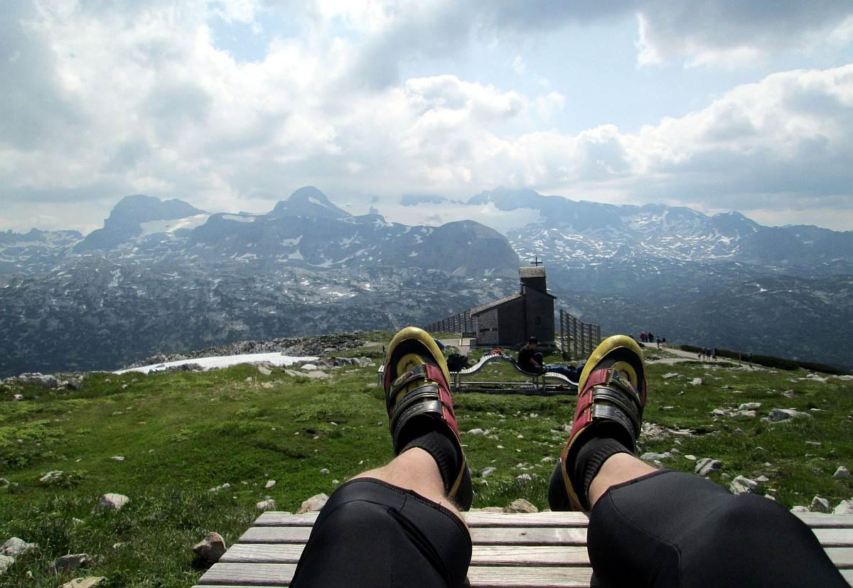 Verseny utáni lazulás a Krippenstein csúcson. A háttérben a Dachsteint hófödte 3000 méteres csúcsa éppen felhőbe burkolózik. Több felvonóval juthatunk fel ide, de megéri az árát.