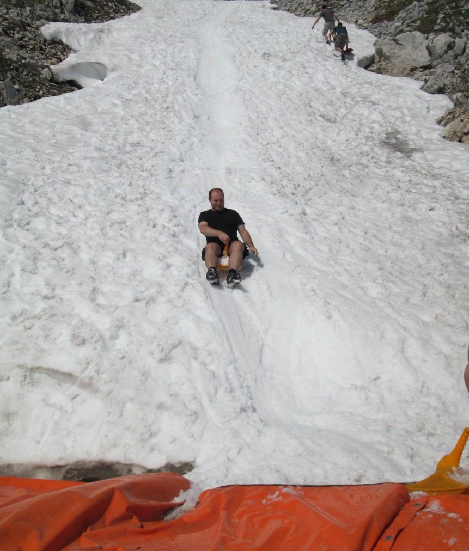 A Krippensteinen nyár közepén is szánkózhatunk. Az első felvonó felső végállomásánál pedig egy jókora jégbarlangban is gyönyörködhetünk.