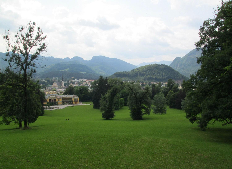 """Egyéb kulturális látnivaló is akad a szomszédos fürdővárosban, Bad Ischl-ben. Itt volt ugyanis a Habsburgok nyári rezidenciája. A """"Kaiservilla"""" természetesen látogatható. A kastély parkjából nézve nem nehéz megérteni, miért éppen ezt a helyet választották. Ezzel a képpel zárom salzkammerguti képes beszámolómat, legközelebb fussunk össze még több magyarral!"""