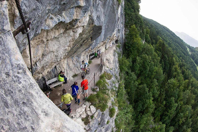 """Egy másik a pálya sok látványos része közül: az """"Ewige Wand"""" sziklafalába vájt ösvény."""