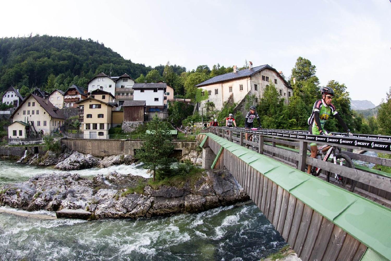 A környező településeken is áthalad a verseny: átkelés a Traun folyón Lauffen-ben…