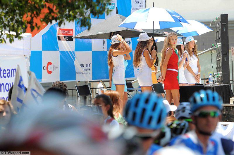 A pódiumlányokat napernyők védik