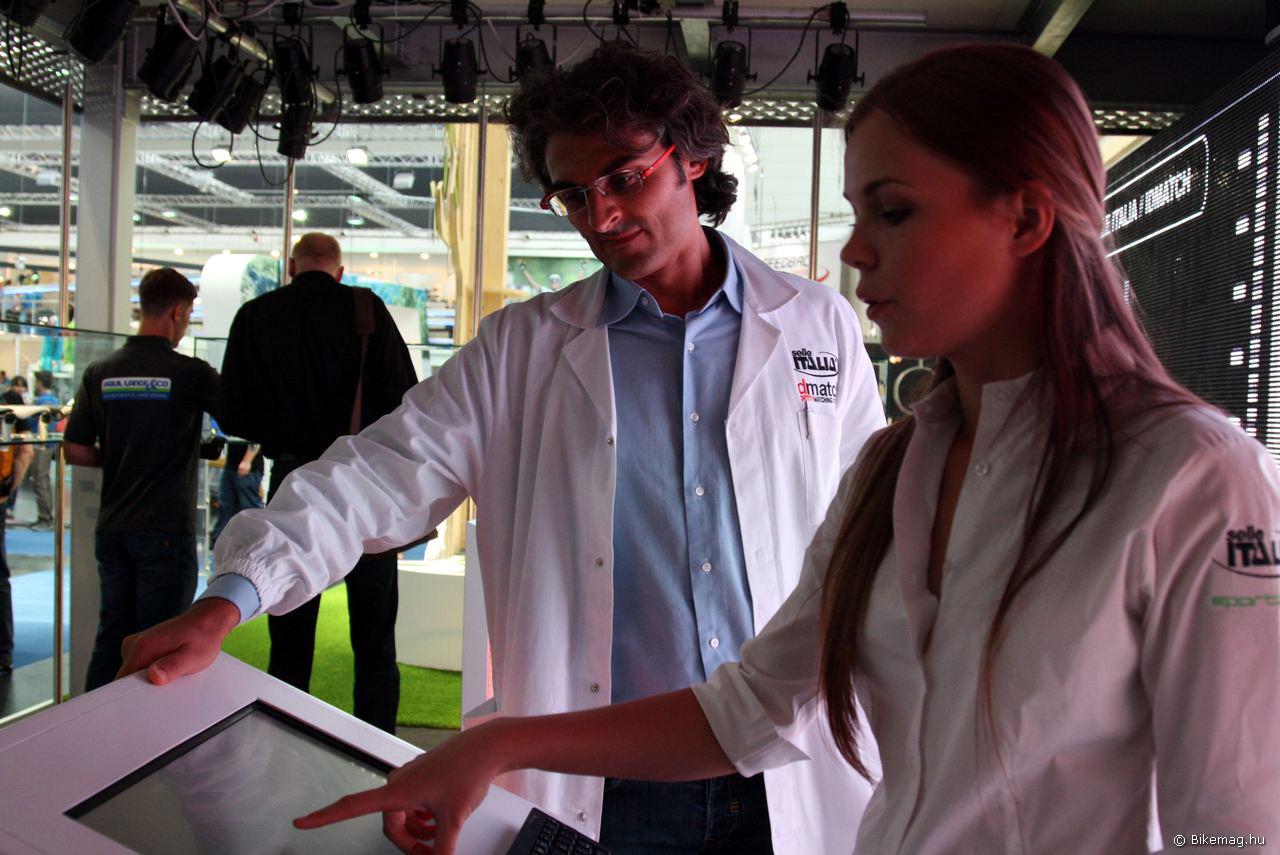A doktor úr és asszisztense a módszer működését mutatja be