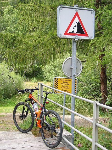 Turistacsalogató táblák Zermatt előtt...