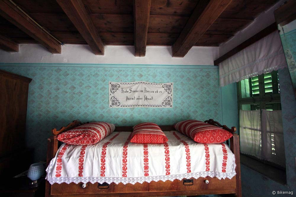 Ágyam bevetve, felette a falvédő német felirattal az anyai szívet dicsőíti
