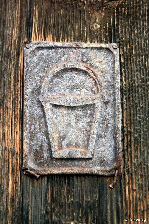 A kis tábla a kapun azt jelzi, hogy tűz esetén a ház lakóinak feladata a vízhordás volt