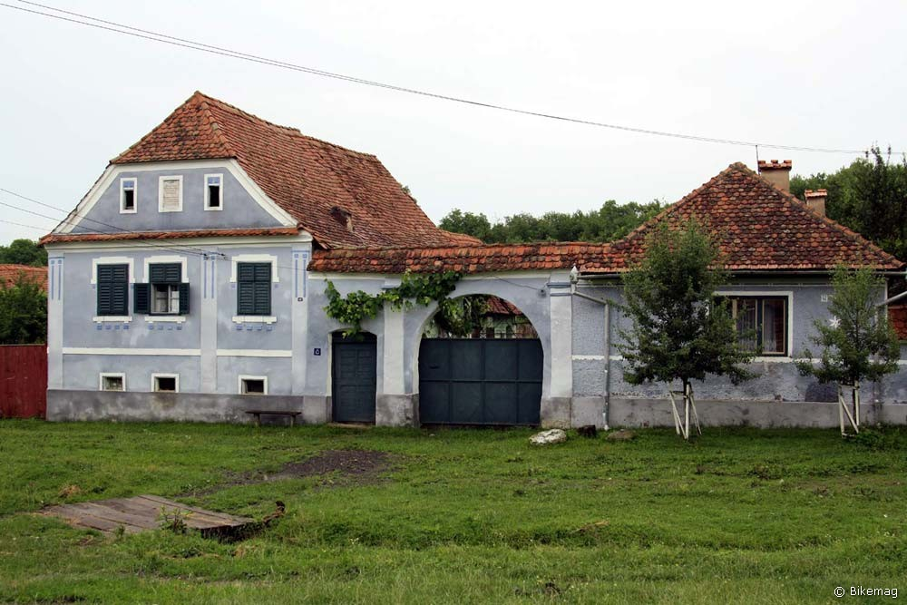 A régi házak homlokzatát csak természetes festékkel renoválják, ez az erődtemplom szász gondnoknőjének háza