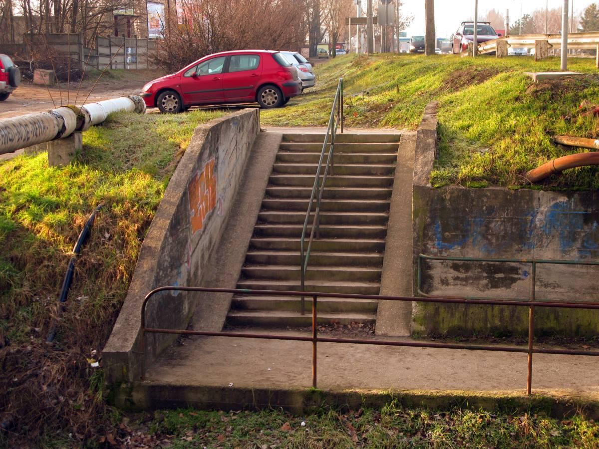 Válassz, melyik ujjadat harapod meg: az Eurovelo földútra vezet, a másik ág lépcsős aluljáróba