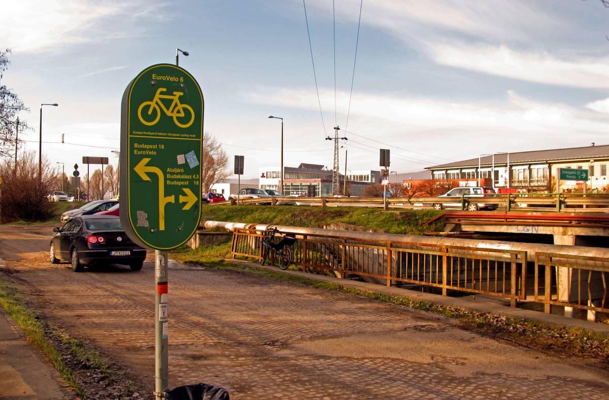 Itt kéne átkelni háromkerekűvel, pakkos bringával, velomobillal? Mondjam vagy mutassam a választ?