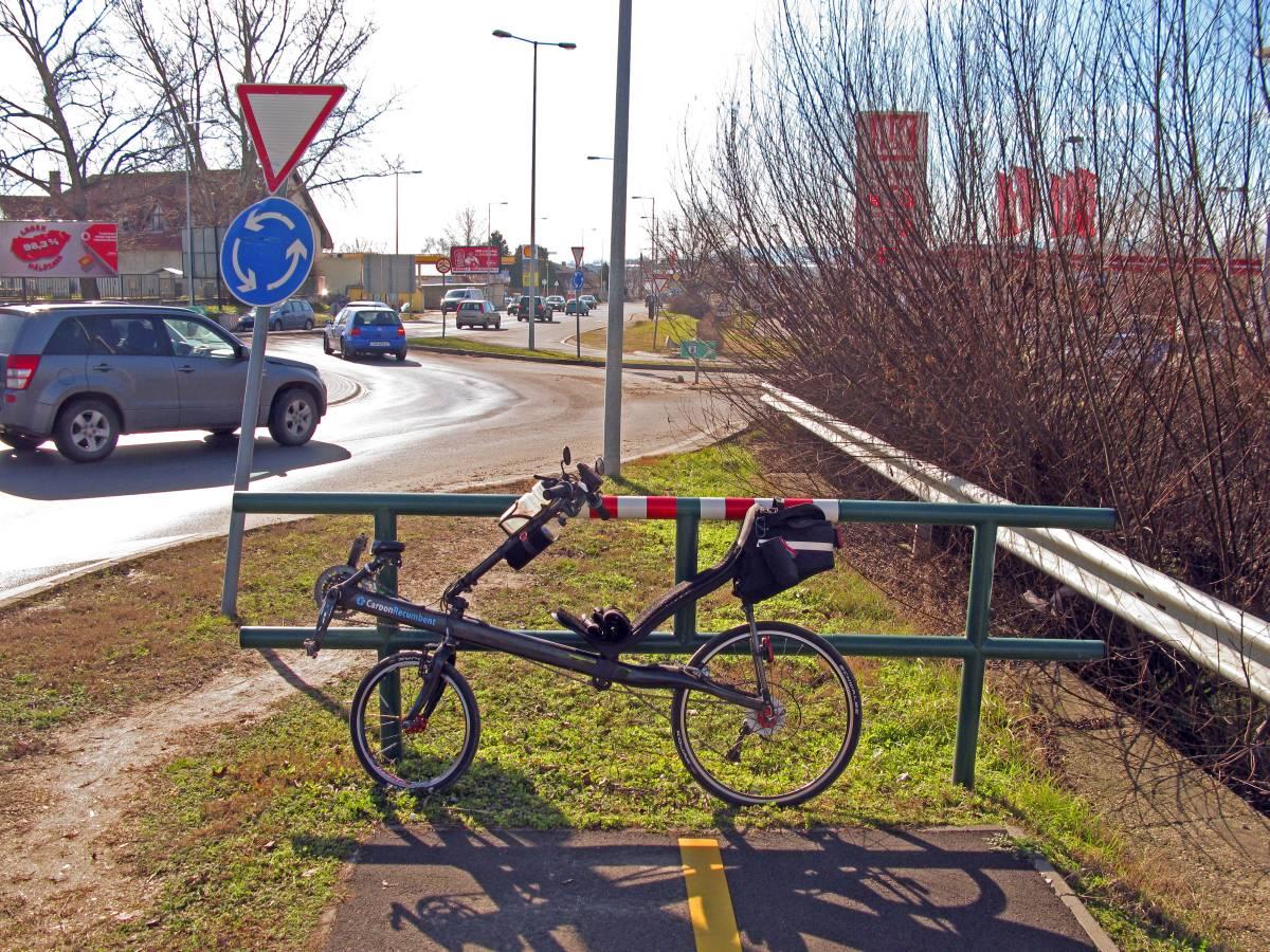Kerékpár megáll, ész megáll. A körforgalomtól a következőig tilos biciklizni, onnan Pestig már szabad. Valaki itt nagyon eltolhatja a biciklijét...