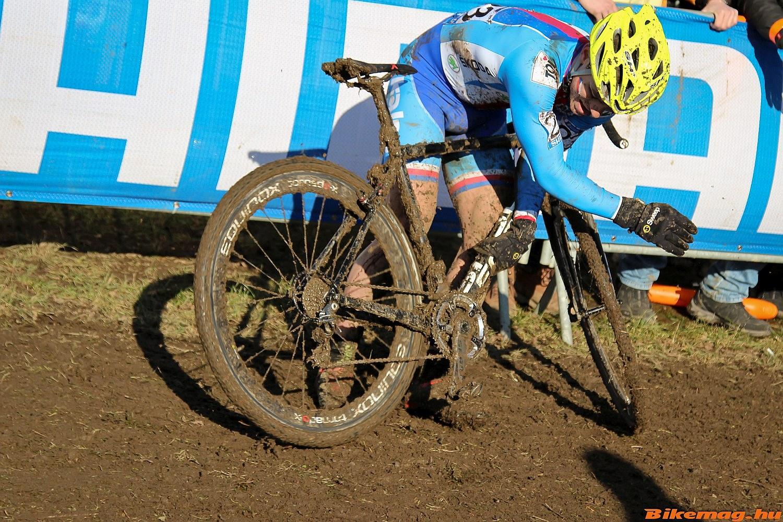 Továbbá a sűrű - két körönkénti - kerékpárcsere is javallott volt, különben az összegyűlő sár könnyen okozott technikai problémát.