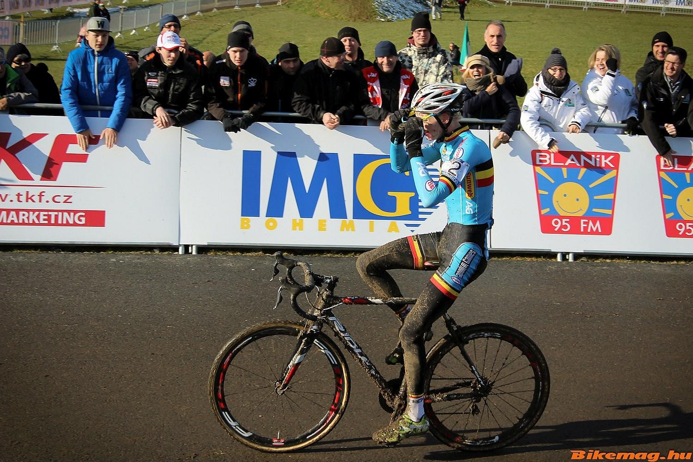 A belga fiú nagy előnnyel nyert, a célegyenesben már magabiztosan ünnepelhetett.