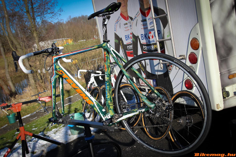 Mathieu van der Poel kerékpárja az állványon