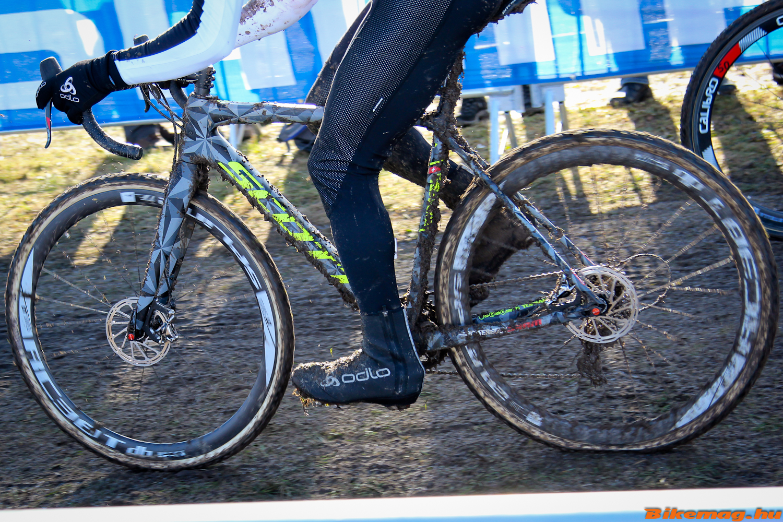 A prototípus tárcsafékes Scott cyclocross kerékpár Marcel Wildhaber alatt