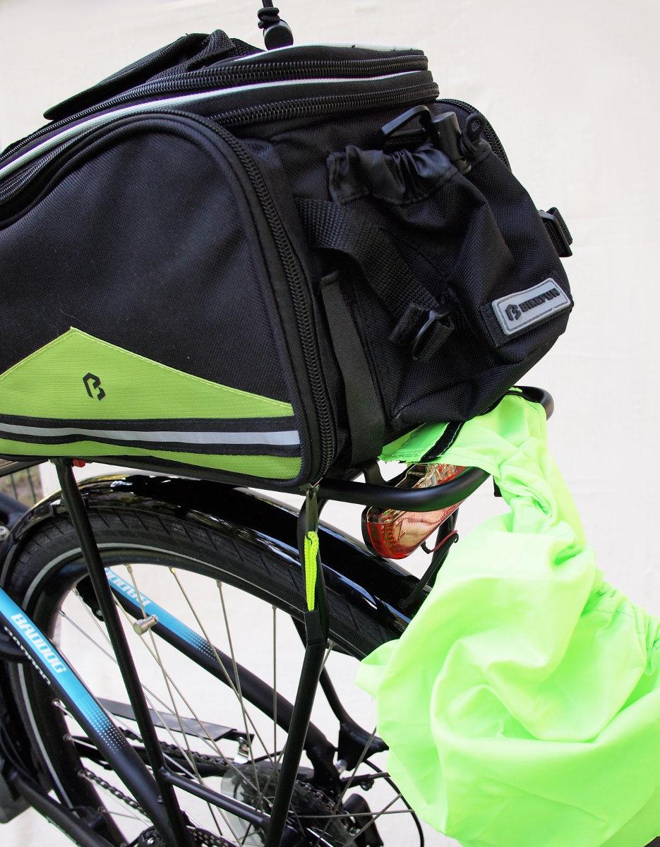 A mellékelt esőhuzattal vízhatlanná tehető, illetve ez meg is védi a tetszetős táska felületét a sártól és piszoktól...