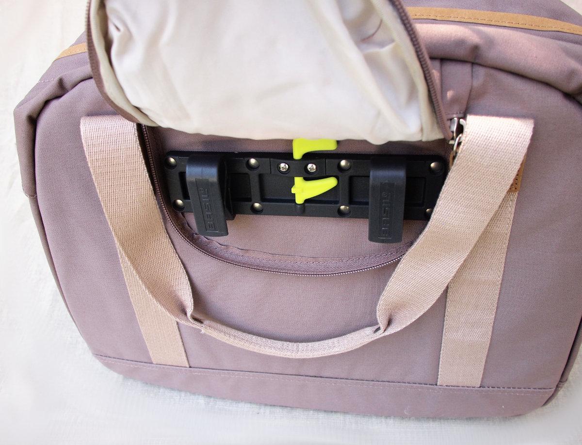 A csomagtartóra történő felszerelés egyszerű és gyors...