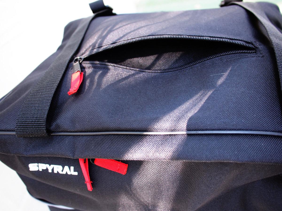 Praktikus a felső zseb, ha valamire gyakran szükség van - hátra nyúlva is elérhető...