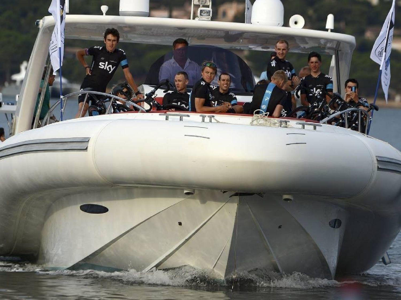 A csapatbemutatóval kezdődött, ahová hajóval érkeztek a versenyzők. A fedélzeten a címvédők: a Team Sky.