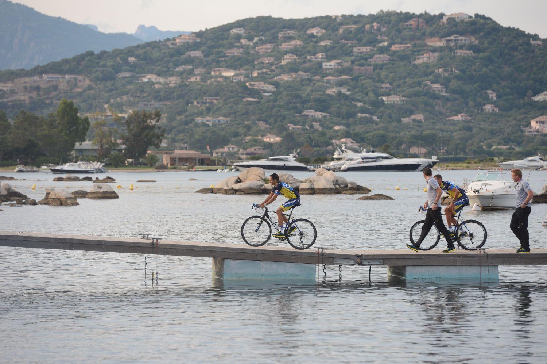 Majd következett egy nem is teljesen veszélytelen átkelés kerékpárral, de szerencsére Alberto Contador ezt még megúszta