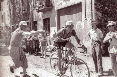 Az 50-es években a versenyzők még marhasültet ettek a szakaszok előtt, a musettben pedig általában szendvicsek lapultak