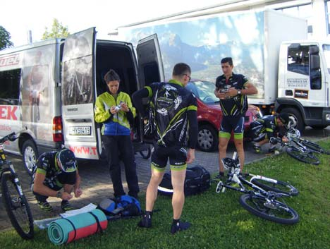 Rajthoz készülődik a Merida Team-CST - BikeMag HUN csapata
