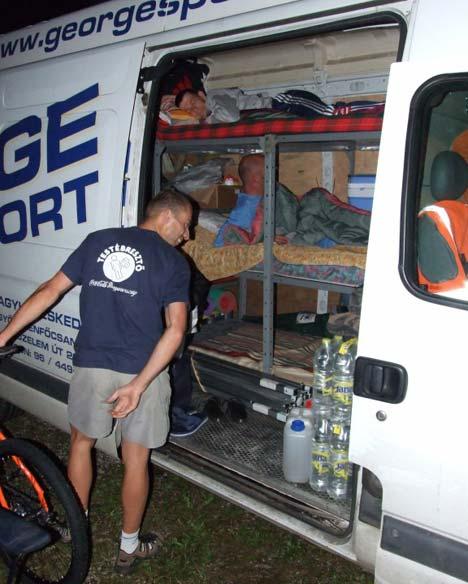 Nem olyan komfortos mint egy lakóbusz, de 3 ember 4 bicikli és 1 hónapra elegendő kaja bőven belefér