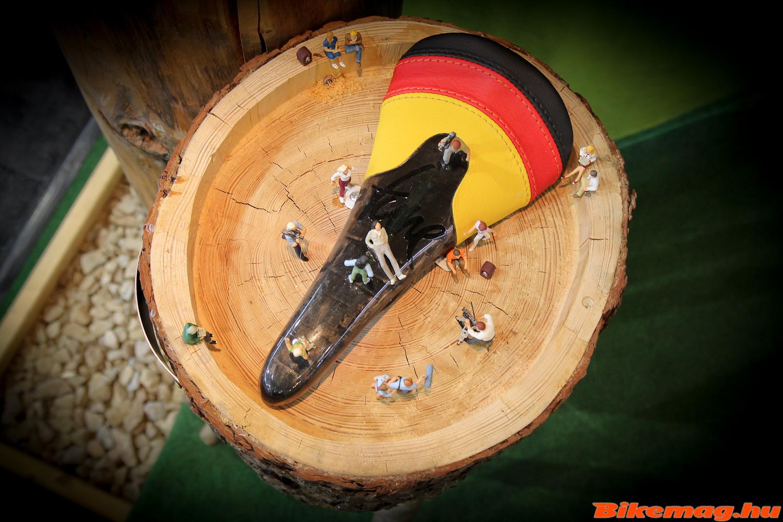 Tune Komm-Vor német trikolór borítással