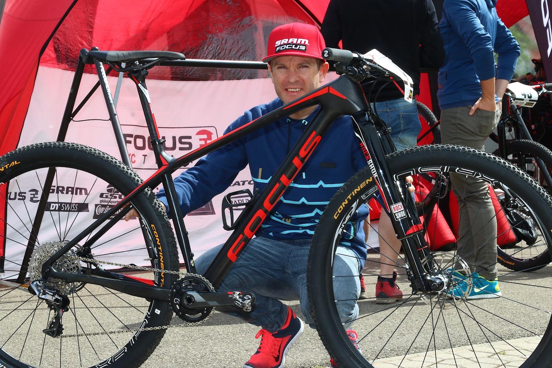 Florian Vogel a frissen leleplezett Focus Raven montijával.