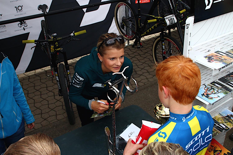 Jenny Rissveds (U23 győztes) dedikál a szintén svéd szurkolóknak