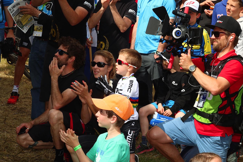 A kissrác a világbajnoki mezben nem más mint Julien Absalon fia.
