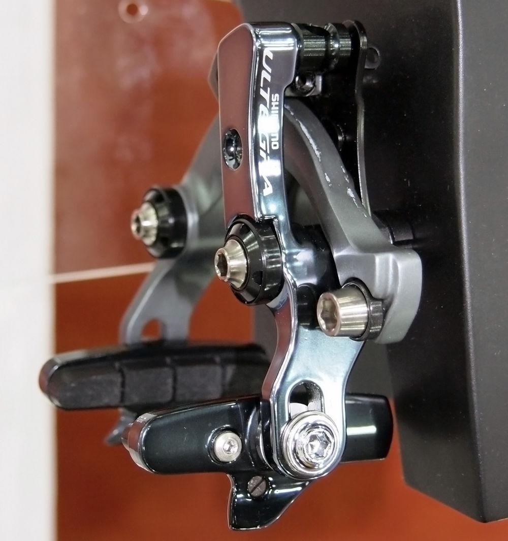 Az aerodinamikus fékváltozat villa mögé vagy láncvilla alá