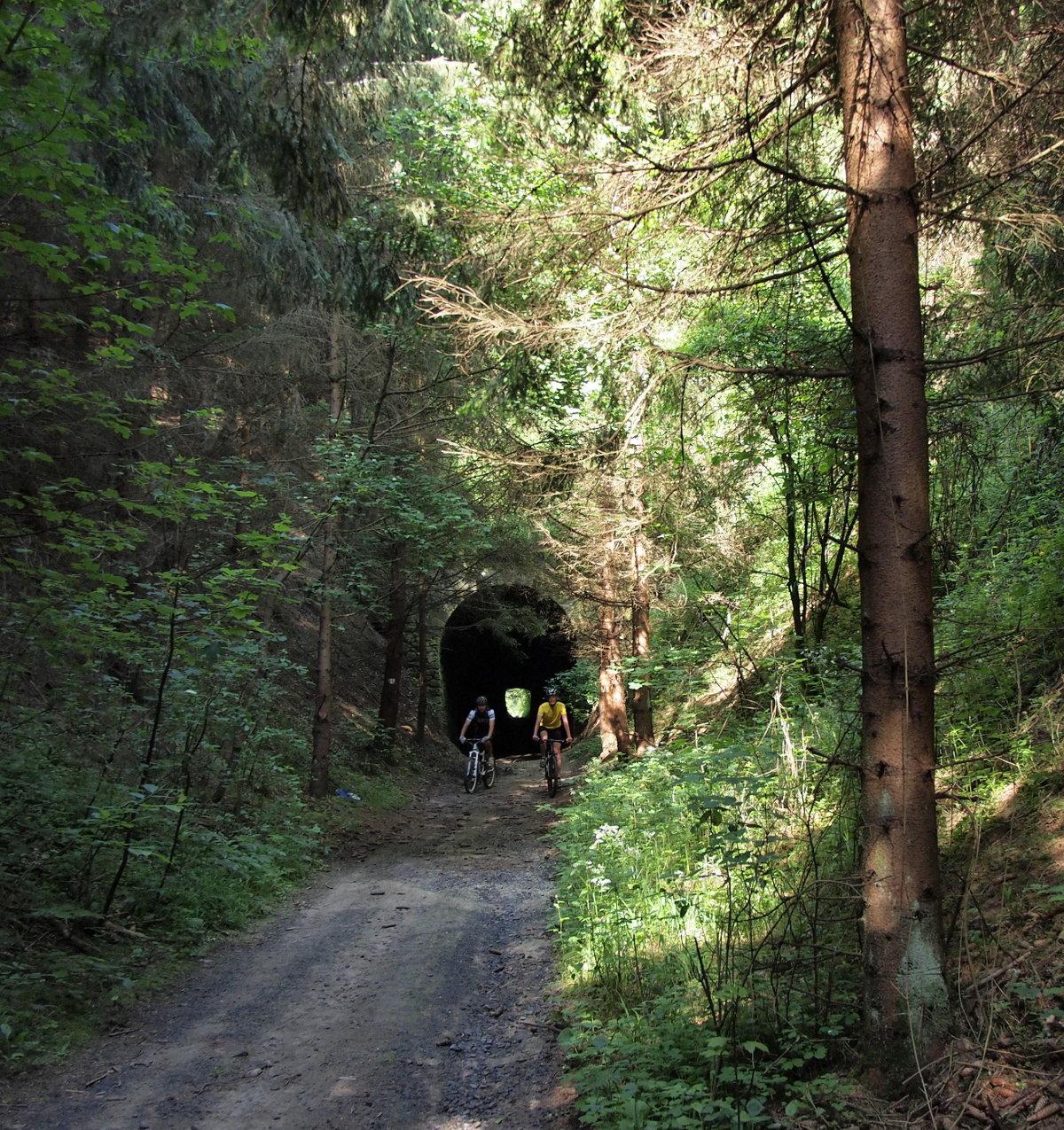 Egykori bányavasút útvonalát követi a sárga kerékpáros jelzés: az egyik legizgalmasabb szakasza az alagút!
