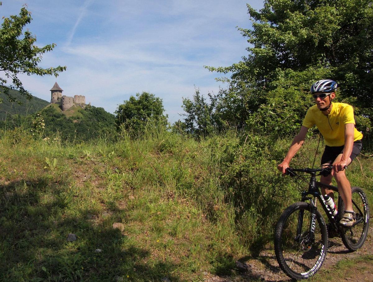 A Salgó vára ismert képe az útvonal számos pontjáról elénk tárul...