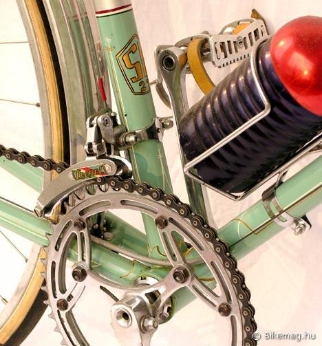 Egy jellemző kép a könyvből: A magyar  válogatott számára készült Csepel versenykerékpár, melynek szinte minden egyes alkatrésze (!!!) a patinás üzemben készült
