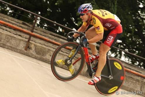 A csehek leggyorsabbja a sprint és keirin számot egyaránt nyerő Adam Ptacnik itt éppen egy 11,05-ös kétszáznak indul neki