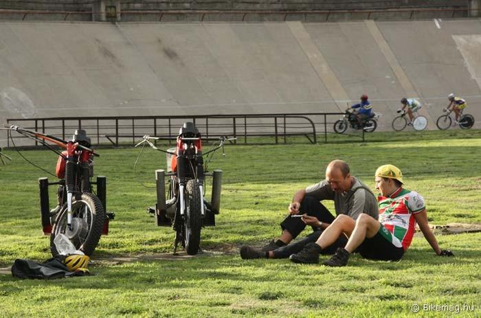A stéher magyar bajnok ráhangolódik a futamra