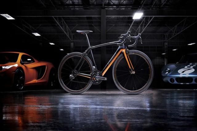 Egy bringa a McLaren-ek mellé a garázsba