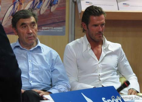 Celebritások az egyik EICMA standon: Eddy Merckx és Mario Cippollini