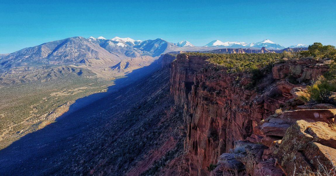 Ha jól emlékszem a középen látható hegyről indul a trail